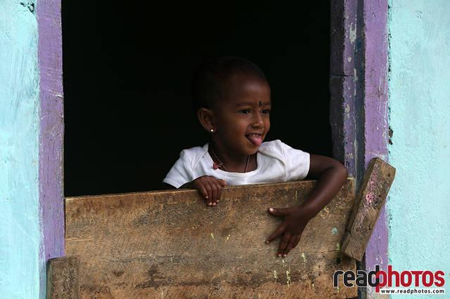 Little girl, Thalawakale, Sri Lanka - Read Photos