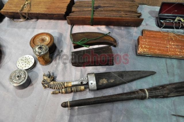 Traditional Sri Lankan, writing materials and a knife - Read Photos