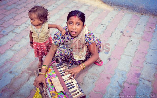 Two sisters, India - Read Photos