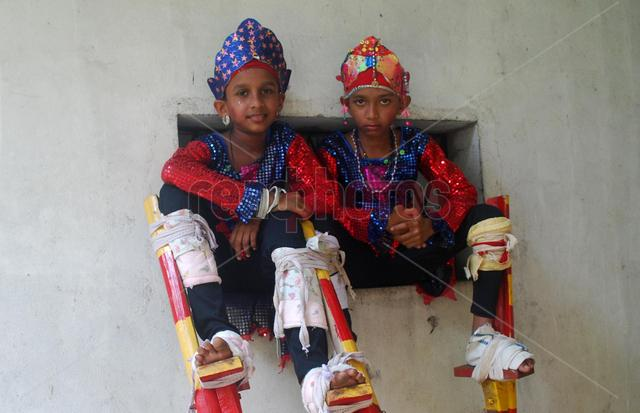 Two little stilt walkers  - Read Photos