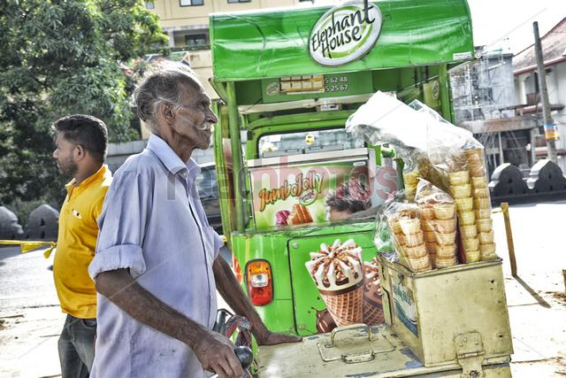 Ice cream sellers, Sri Lanka - Read Photos