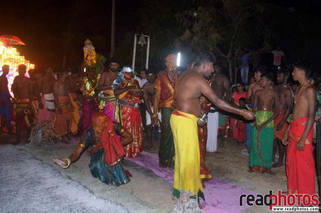 Fire walking hindu devotees, Sri Lanka - Read Photos