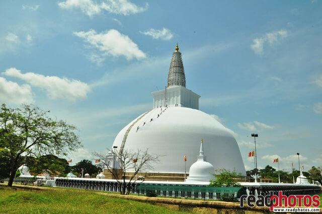 Sri Lankan pagoda, clear sky - Read Photos